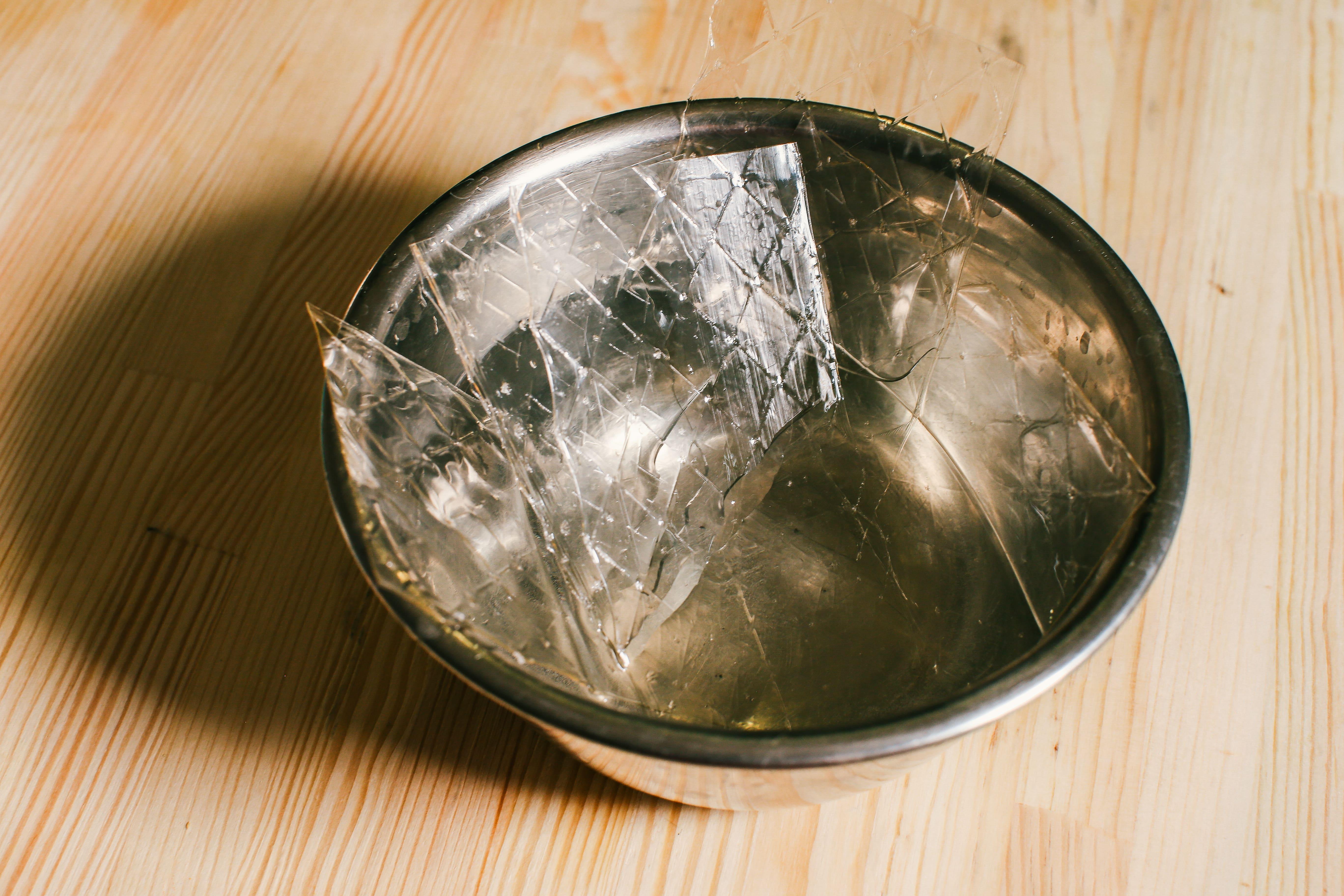 Желатин попередньо замочити в холодній воді, якщо користуєтесь листовим. Якщо звичайний швидкорозчинний – можна одразу додавати до готової нагрітої суміші. Якщо желатин не швидкорозчинний – замочити 10 г желатину в столовій ложці холодної води на 5-10 хвилин.