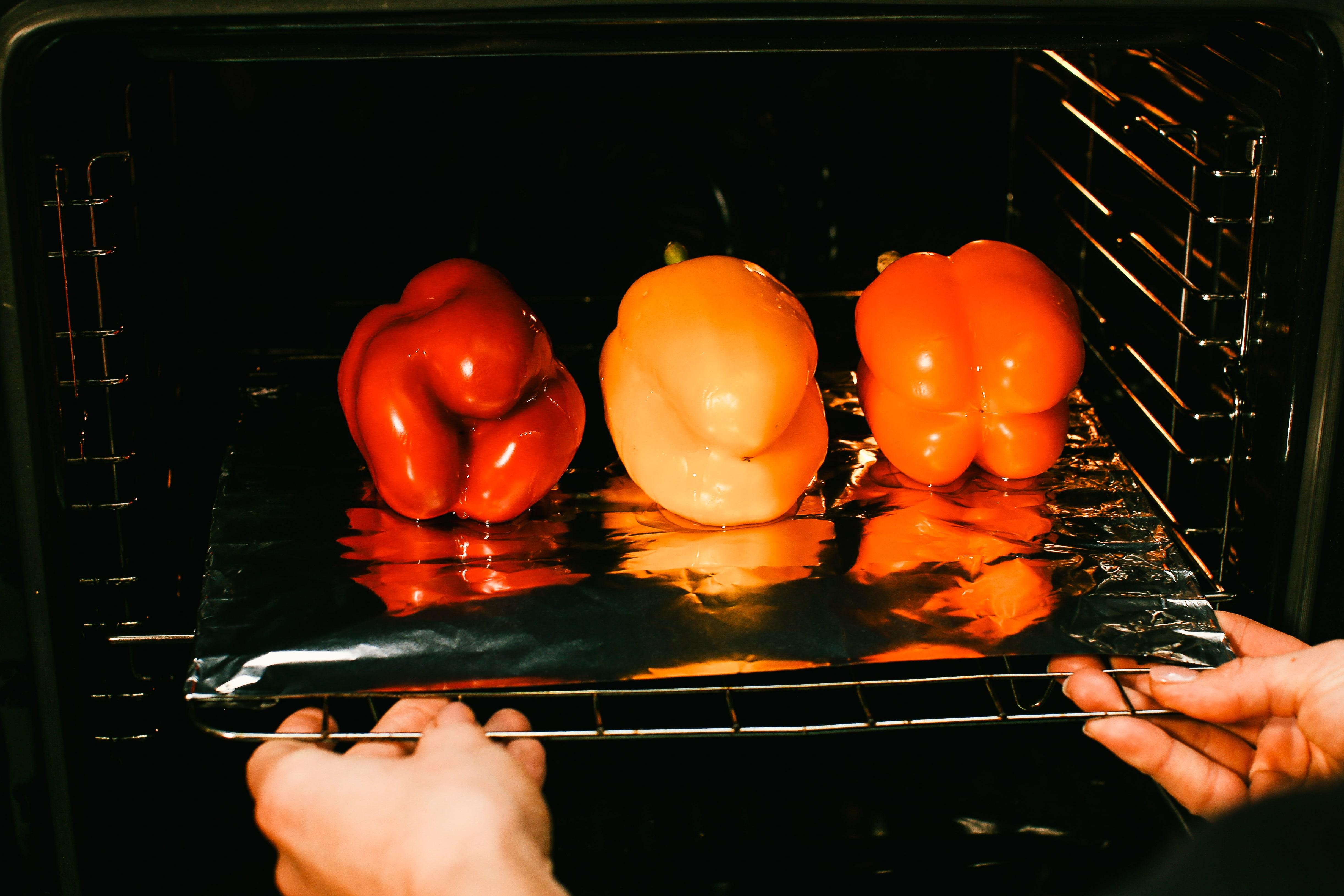 Запікати 20 хвилин при 180ºC. Потім зняти з них шкірку та видалити зернята.