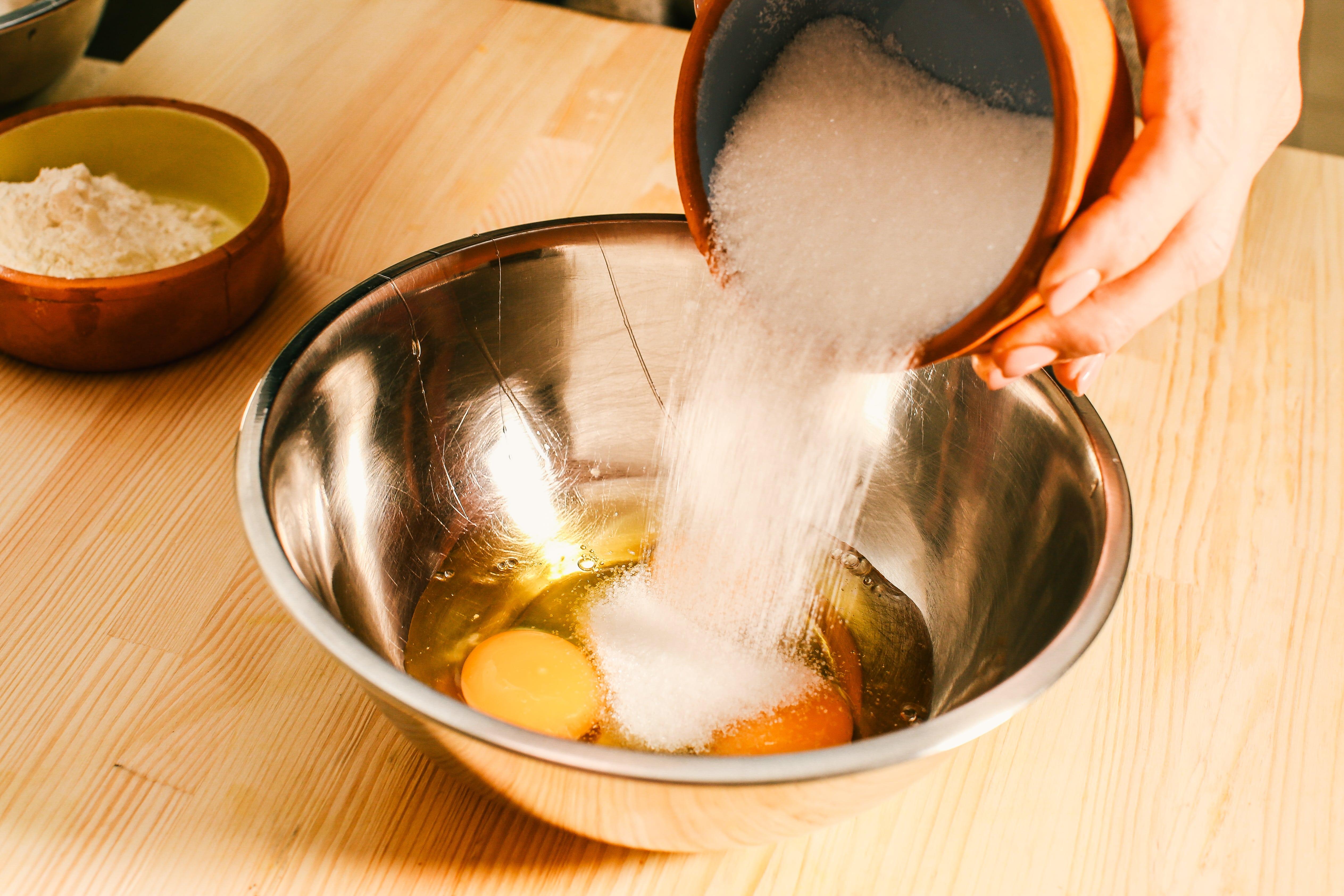Яйця збити з цукром та додати крохмаль.