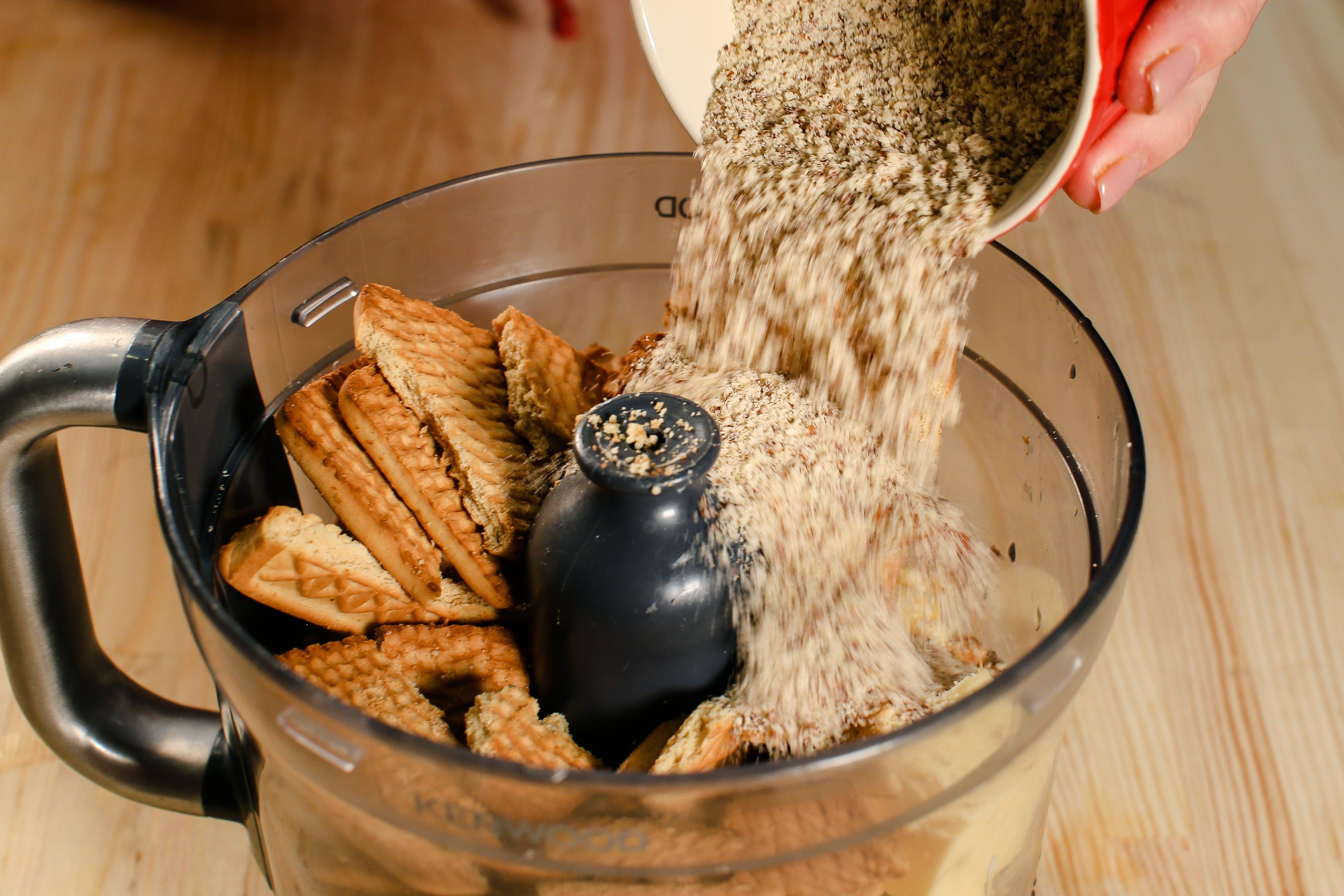Печиво перебити з вершковим маслом, мигдалевою пудрою та сіллю і викласти його в форму, попередньо застелену пергаментним папером.
