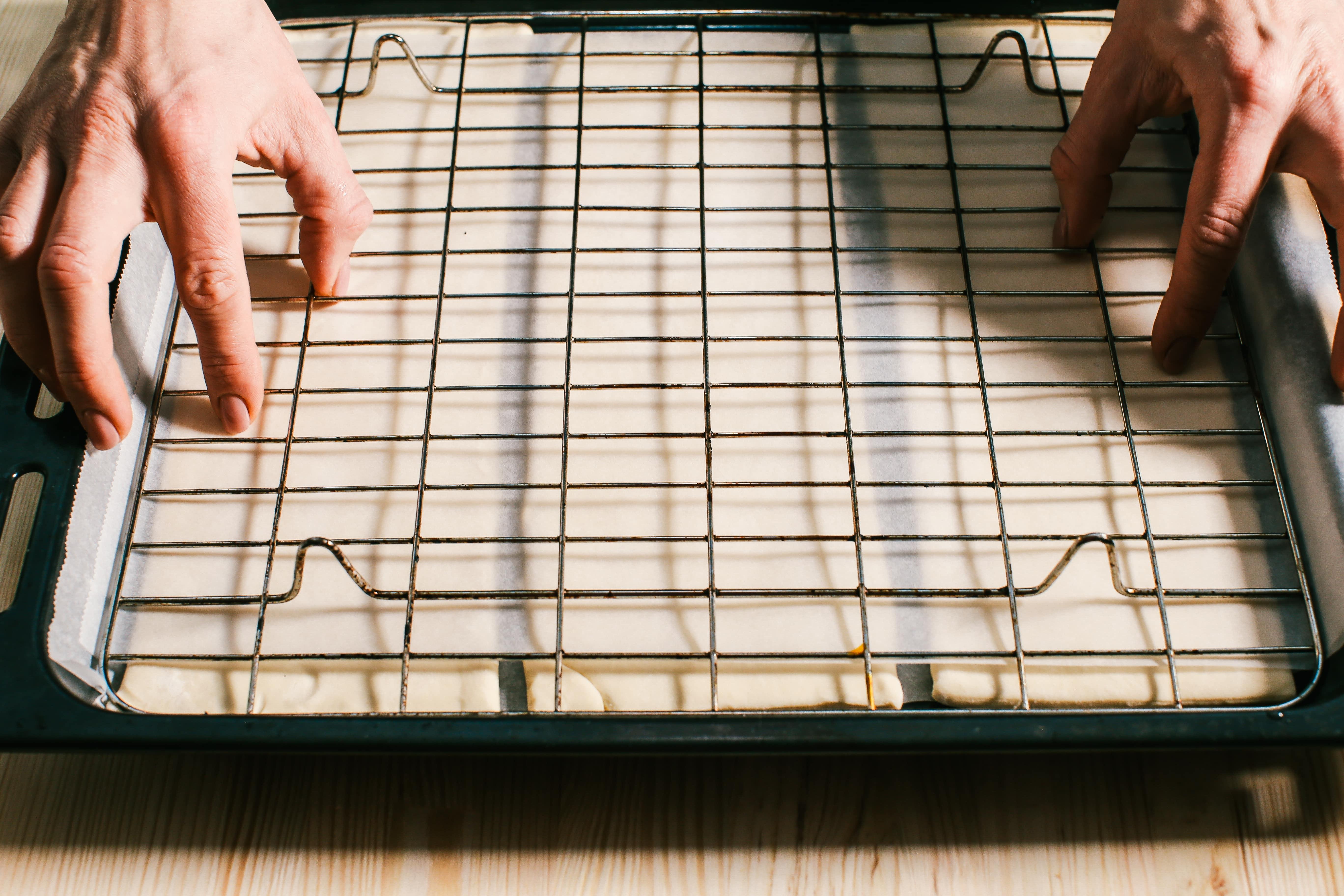 Тісто товщиною 3-4 мм викласти на пергамент, накрити також листом пергаменту та випікати під решіткою (притискаємо, щоб листкове тісто не дуже виросло). Температура духовій шафи 180ºC, час – 20 хвилин.