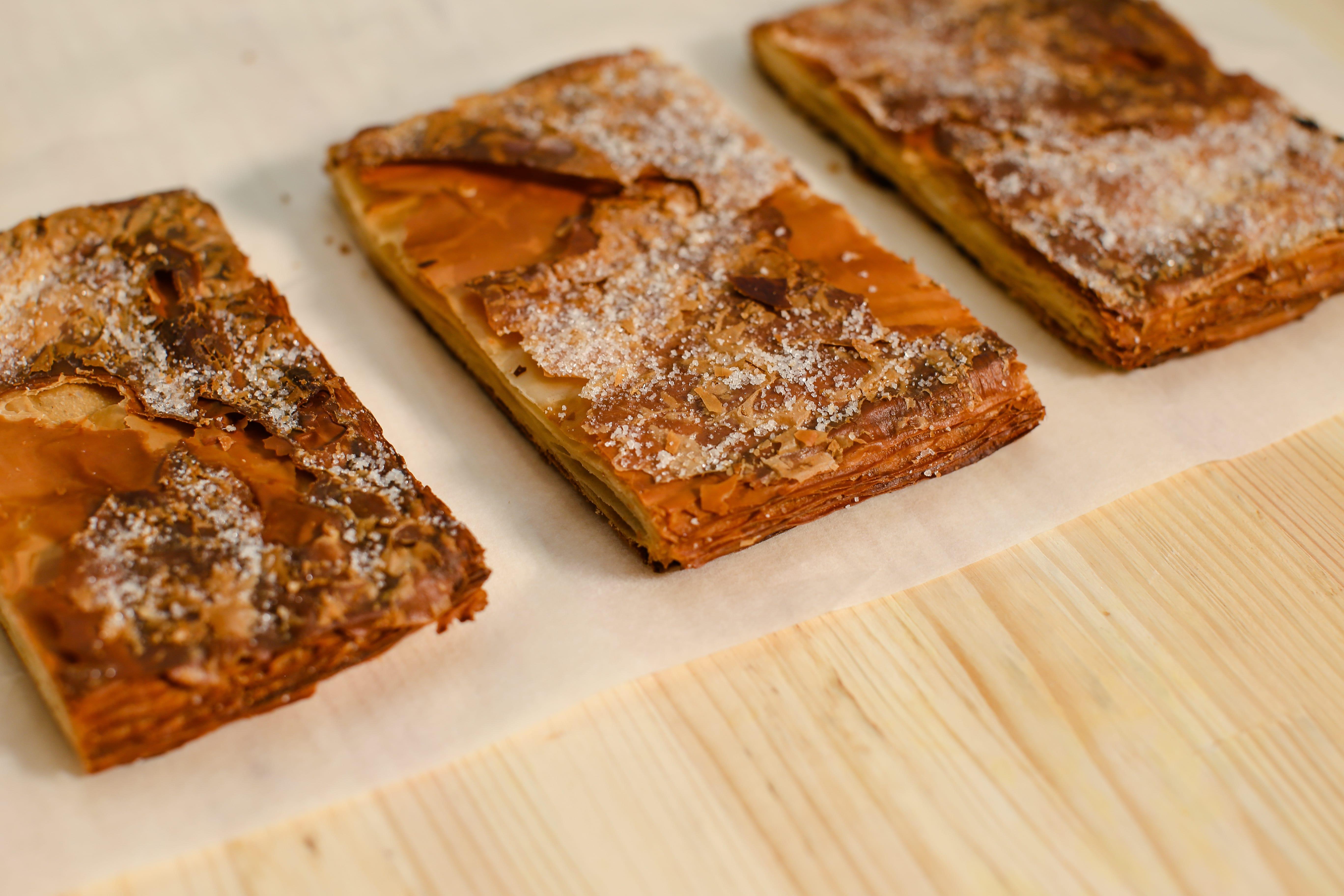 Зняти пергамент та решітку і посипати тісто цукровою пудрою, аби воно карамелізувалося. Тримати в духові ще 8-10 хвилин.