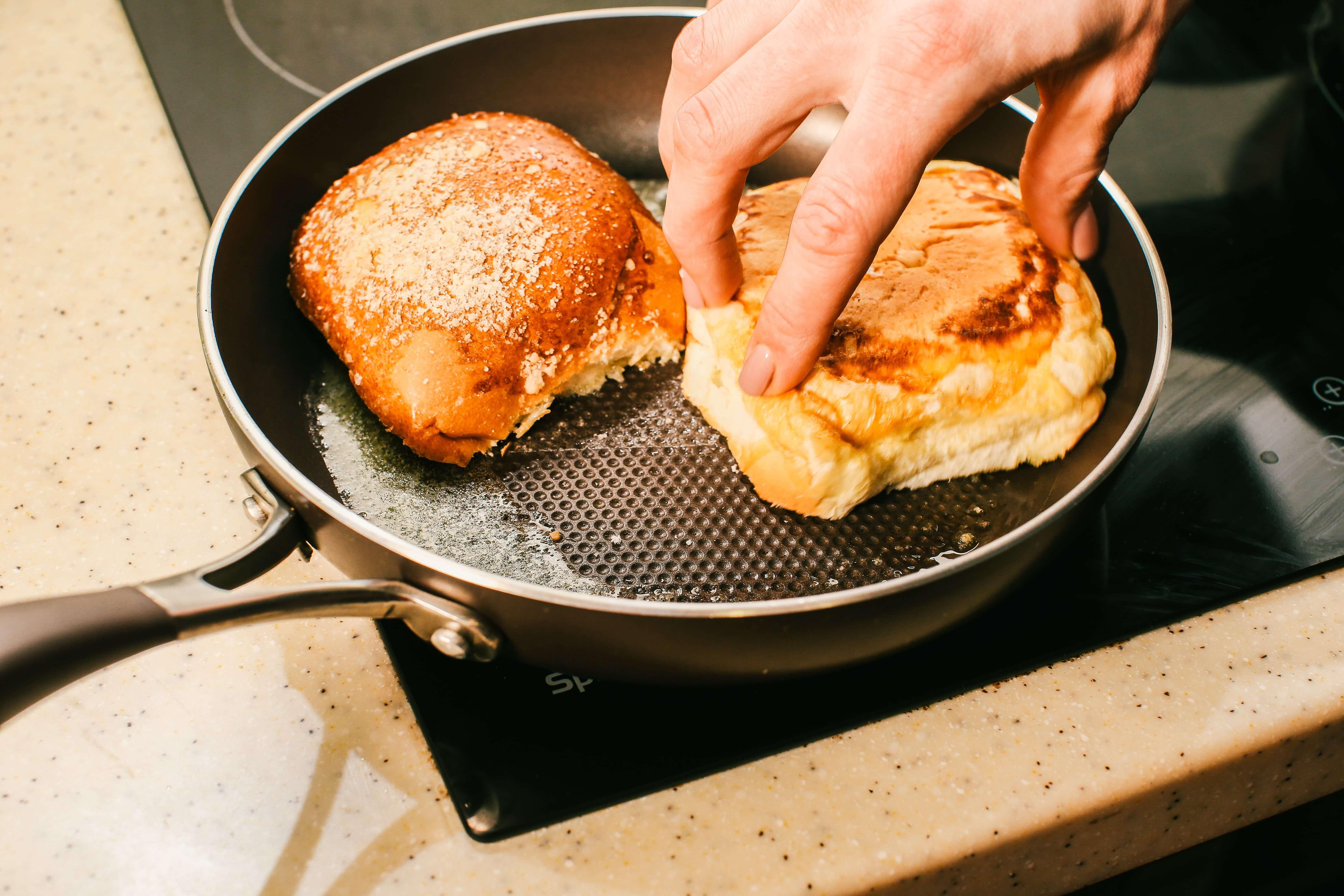 Хліб присмажити на вершковому маслі.
