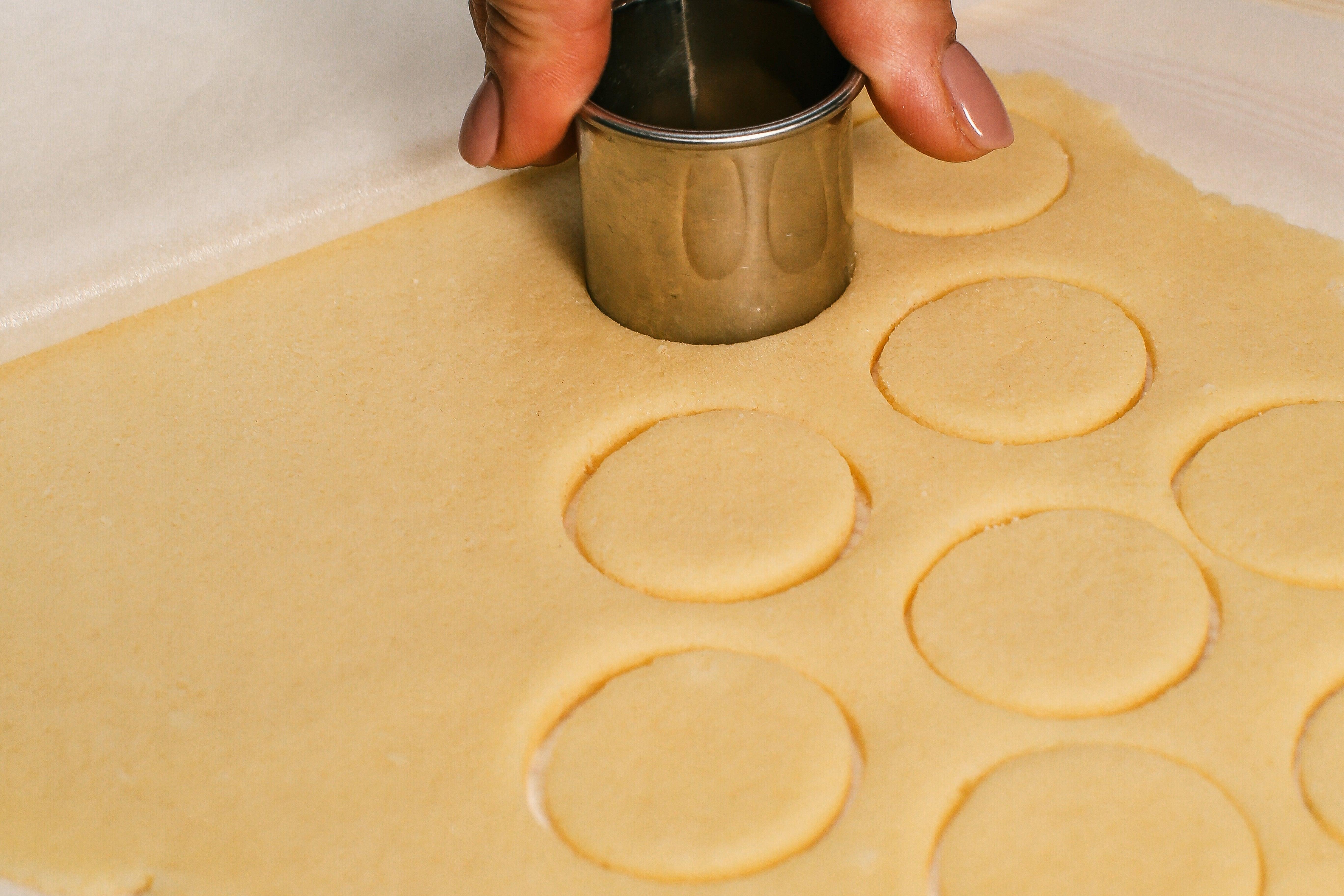 Дістати з морозилки кроклін та вирізати по формі.